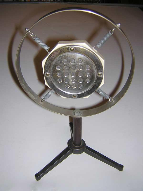 altes Kohlemikrofon im Marmorblock